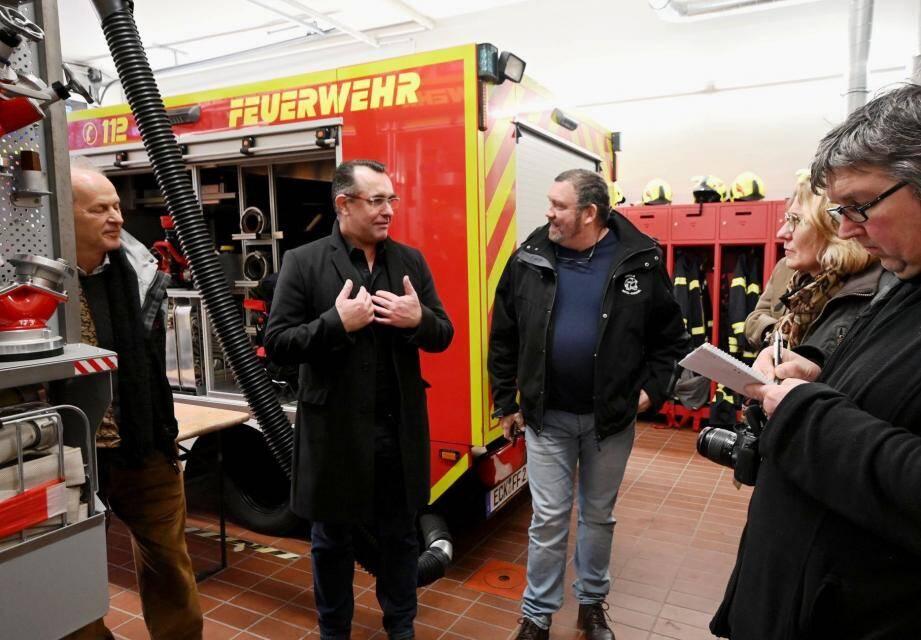Daniel Chorin accueilli par le maire Holger Klinklors lors de la visite de la caserne des pompiers.