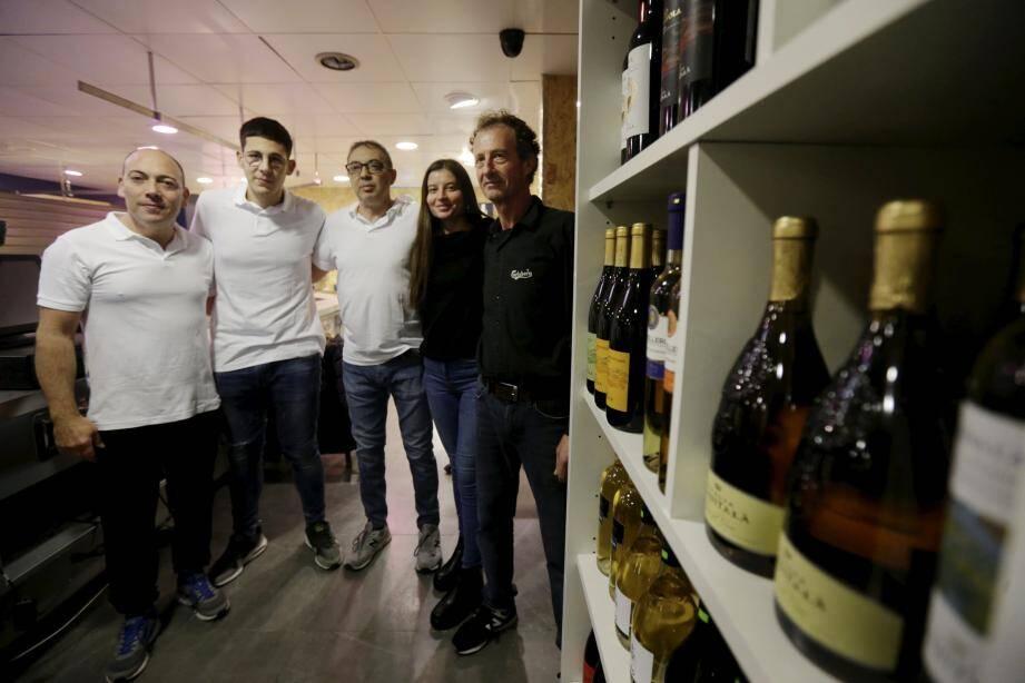 """L'équipe de « A picca a picca », la nouvelle boutique de la rue du Marché gérée par """"Pépé"""" (à droite), est prête pour accueillir le public aujourd'hui, à partir de 17 h 30."""