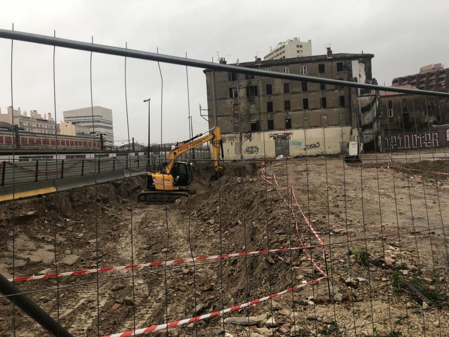 Juste au nord de la voie ferrée, les travaux de terrassement sont en cours.