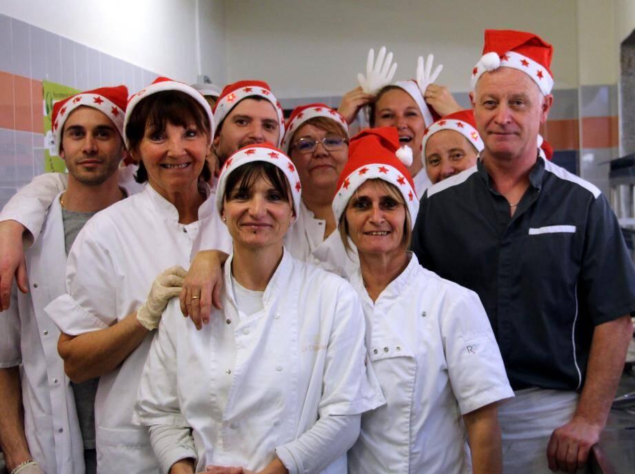 L'équipe du personnel, (M. Cœur, son chef, à droite) a préparé un vrai repas de Noël pour les élèves et les professeurs.