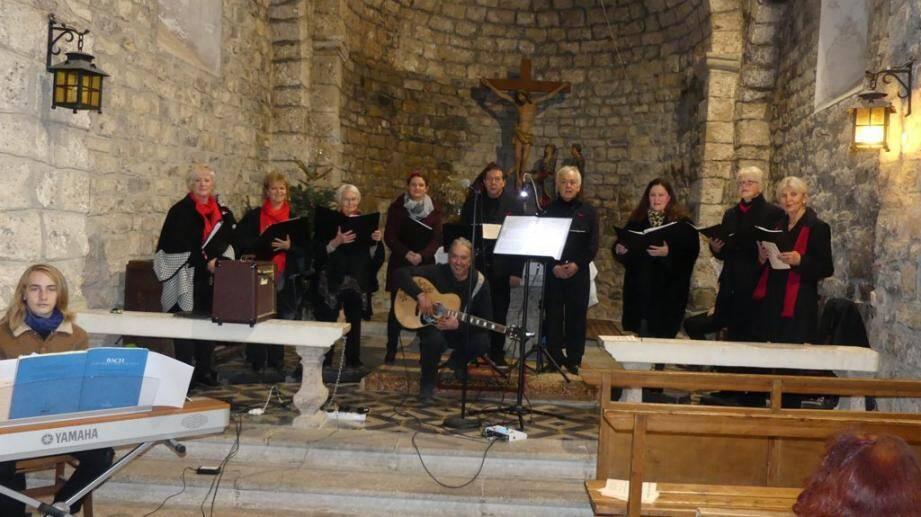 L'Ensemble vocal Allegretto dans le chœur de l'église Saint-Jaume devant les villageois venus goûter au plaisir du chant choral, de la musique instrumentale, et de la littérature provençale.