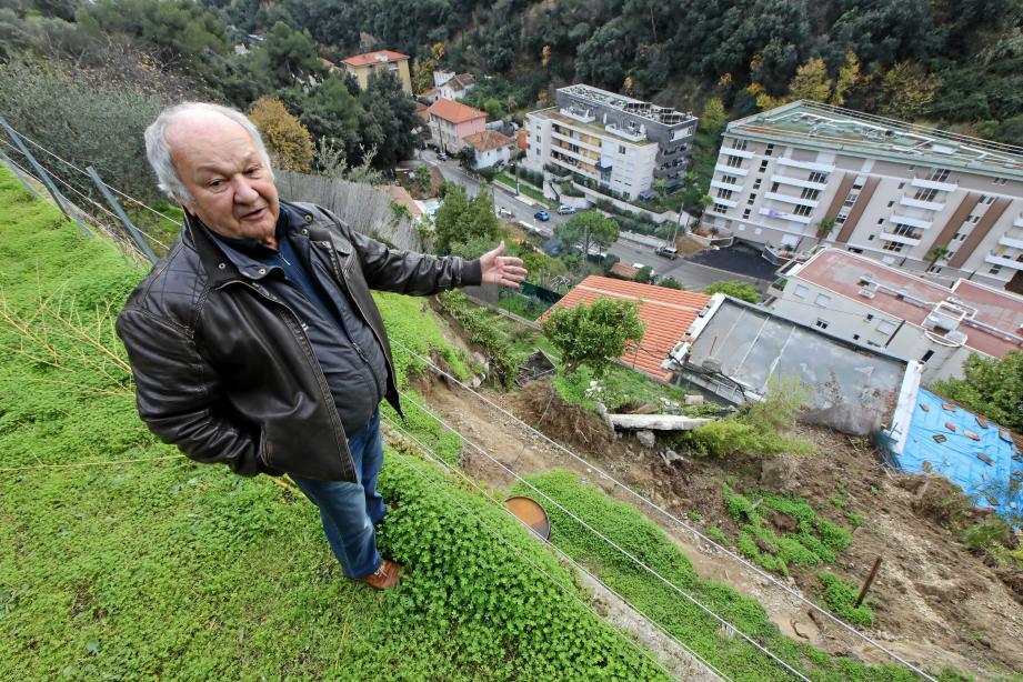 Le mur qui retenait le jardin de Xavier Jobin s'est effondré sur la maison d'Étienne Savouret qui cherche un meublé en attendant de pouvoir rentrer chez lui.