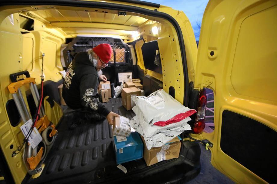Nous avons retrouvé le Père-Noël. Il se déplace en camionnette jaune.