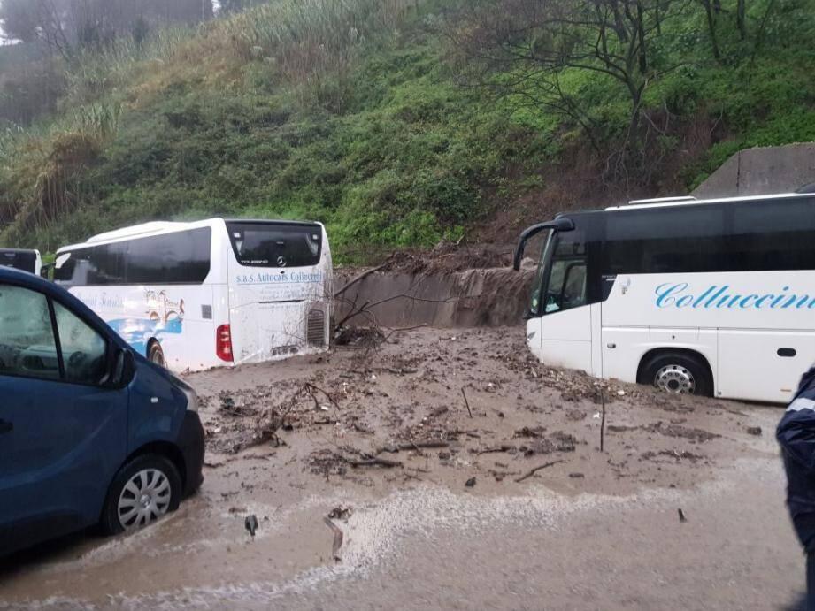 Dans le Careï, plusieurs véhicules se sont retrouvés bloqués par d'énormes coulées de boue.