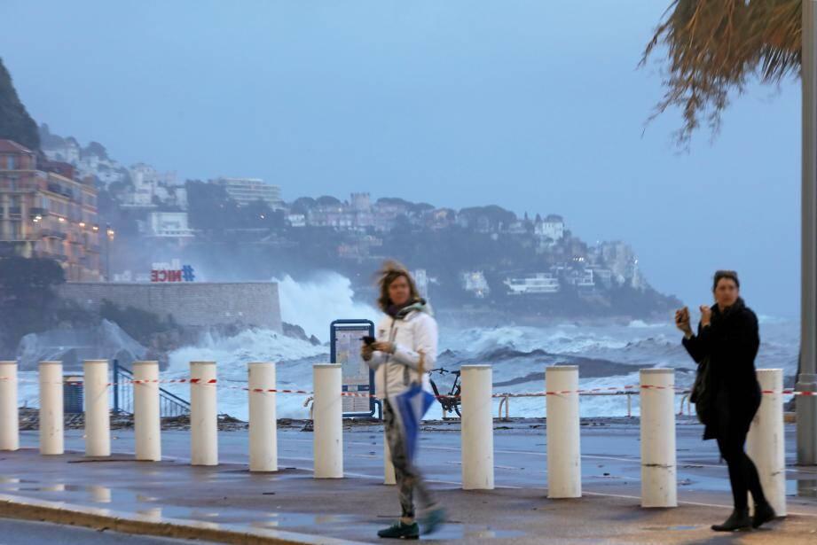 Grosses rafales et grosses vagues à Nice.