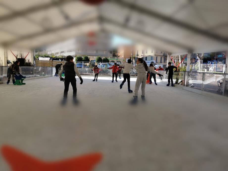 Estéban et Aurore pour la premiè-re fois sur la glace de la patinoire, hier cours Honoré-Cresp qui s'est doté d'un atelier créatif sous tente.