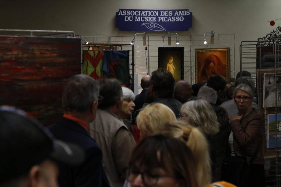 Ils étaient nombreux, hier, à être venus admirer les œuvres exposées lors de la 9e édition de Faites de la peinture, salle du 8-Mai.