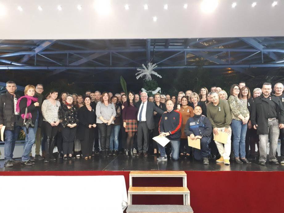 Les médaillés, les élus et le maire d'Hyères Jean-Pierre Giran.