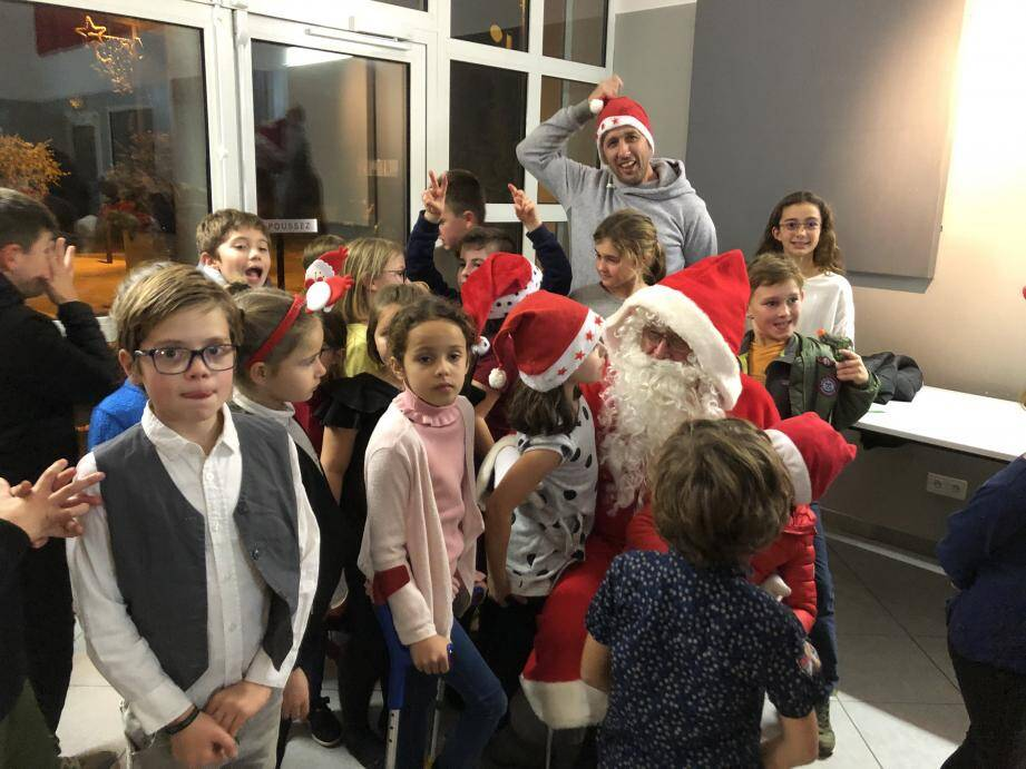 A peine arrivé le Père Noël a été assailli par des grappes d'admirateurs.