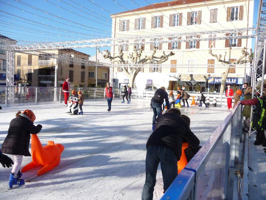 La patinoire (gratuite) fait le bonheur des enfants.