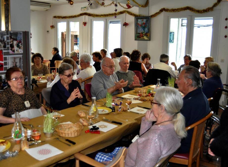 Les résidents ont partagé un excellent déjeuner en compagnie de leurs hôtes.