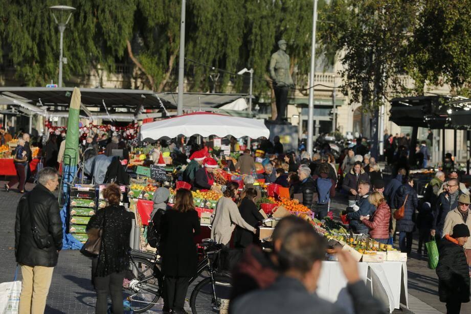 Beaucoup de monde, ce dimanche matin, sur le marché de la Libération, malgré l'orage de la nuit et le vent violent.