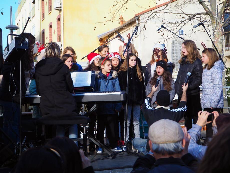 Le matin, les élèves du Conservatoire ont donné de leur plus belle voix sur la place des Poilu.