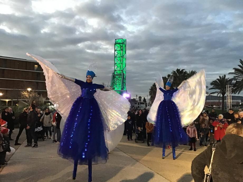 Après les animations organisées dans le centre par l'association Cœur de Ville, les réjouissances se sont déplacées vers le village de Noël, sur le parc de la Navale, où les familles déjà rassemblées autour de la patinoire ont profité d'une très belle parade en fin de journée.