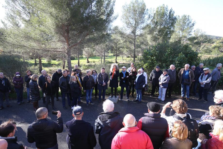 """Nathalie Bicais (au centre), entourée par des membres de la """"Coalition"""", et aux côtés de responsables de l'association Agir pour Coste Chaude, se sont rassemblés hier sur le site du projet pour expliquer leurs positions."""