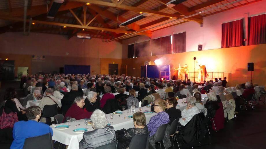L'assemblée des seniors zachariens dans la Halle aux sports.
