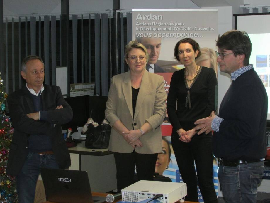 Le président de La Crau Pole Laurent Falaize (à droite), et le maire Christian Simon (à gauche), ont rappelé leur attachement à la lutte pour l'emploi avant de laisser la parole à Nathalie Bernard et Laure Verger.
