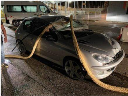 Les dégâts causés par l'amarre qui s'est rompue sont impressionnants. Même s'ils ont été blessés par des éclats de pare-brise, les passagers de cette voiture s'en sortent miraculeusement.