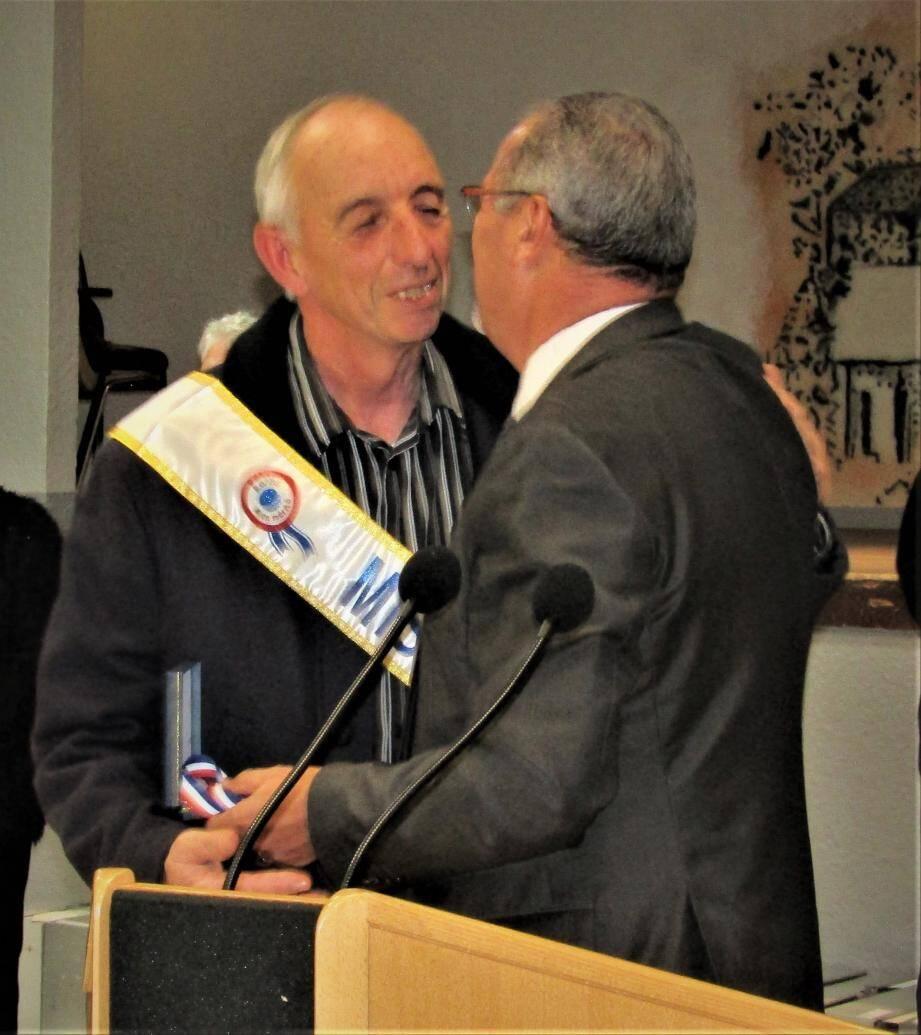 Antoine Burle reçoit la médaille de la ville.