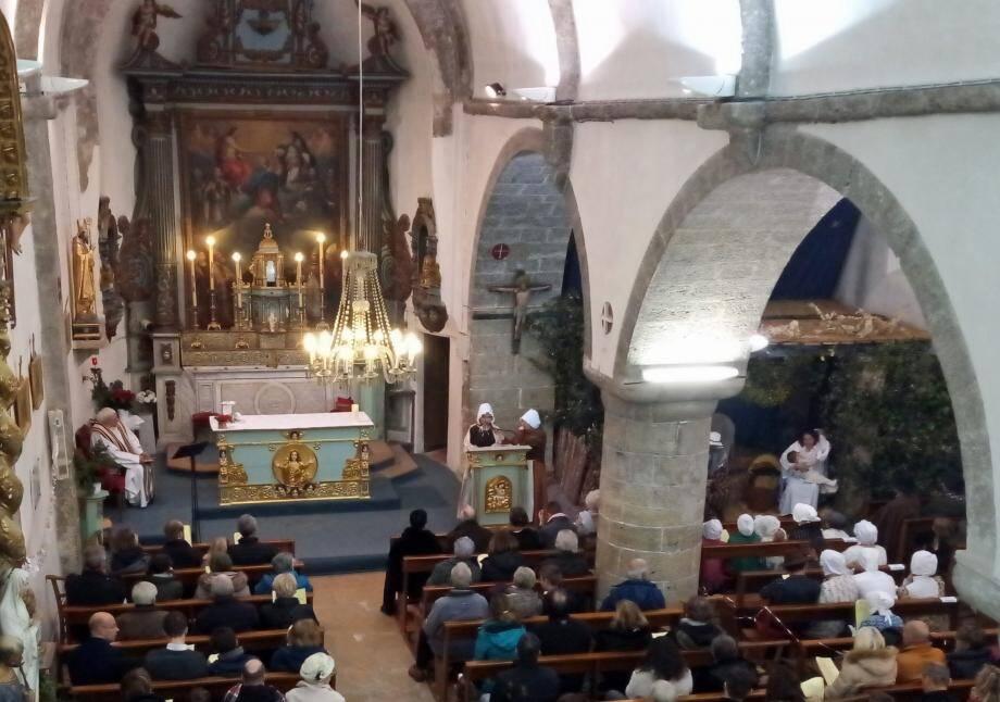 Dans la crèche sur la gauche de l'église, Marie et l'Enfant Jésus.