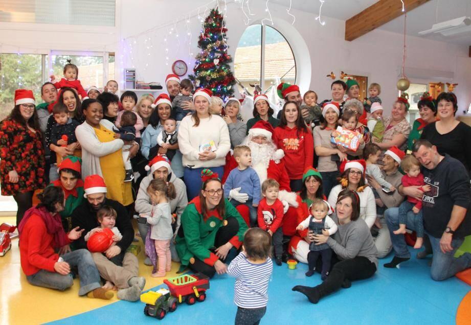 Tous ont répondu présents pour venir embrasser le Papa Noël. Un peu caché par son costume, le maire, Jean-Pierre Vassallo était également de la fête!