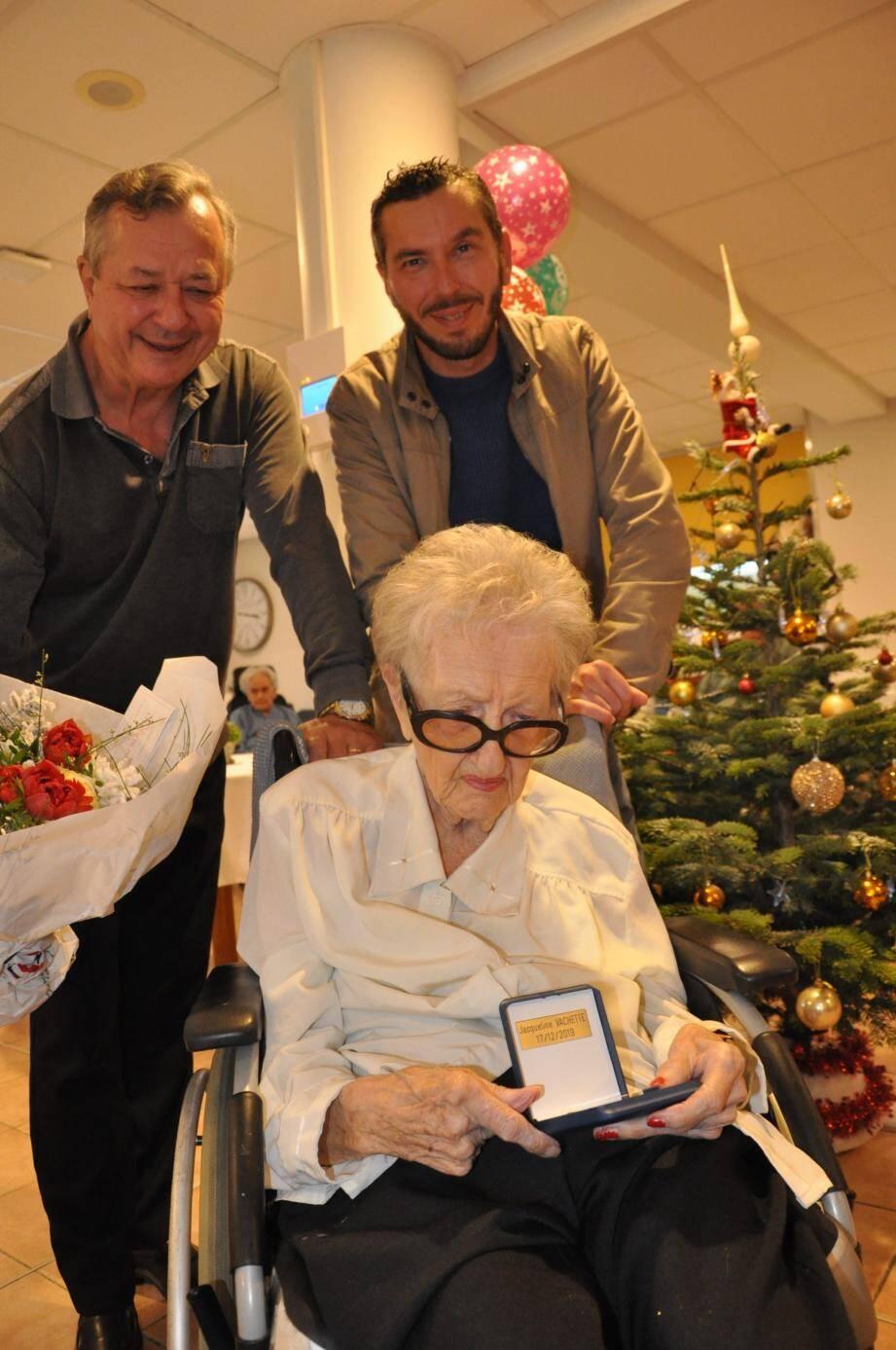 Jacqueline Vachette a soufflé sa centième bougie et reçu la médaille de la ville, en compagnie de son fils Patrice et son petit-fils Arnaud.