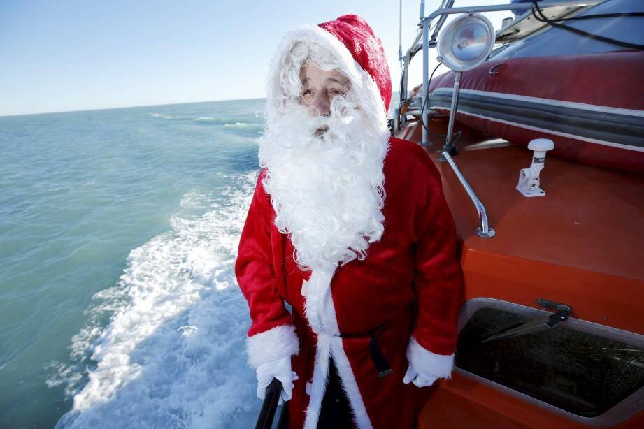 À son arrivée, le Père Noël a distribué des friandises aux enfants.