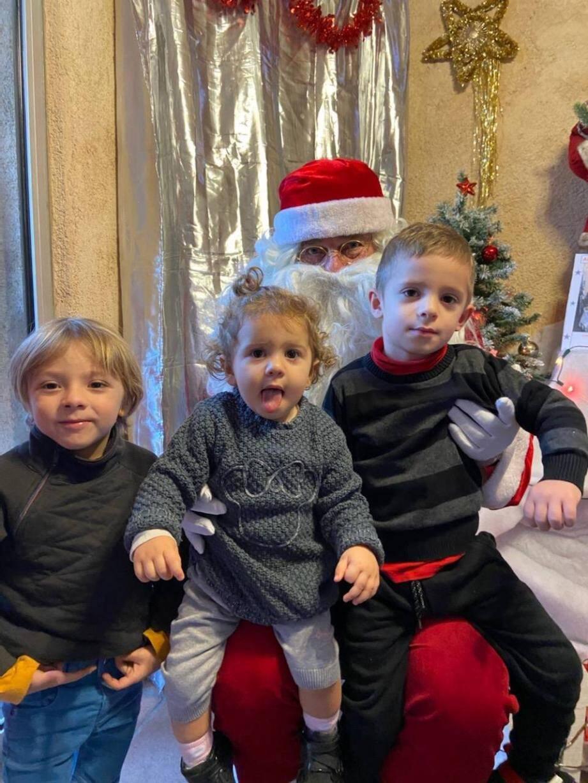 Les enfants se sont précipités pour se faire prendre en photo avec le Père Noël.