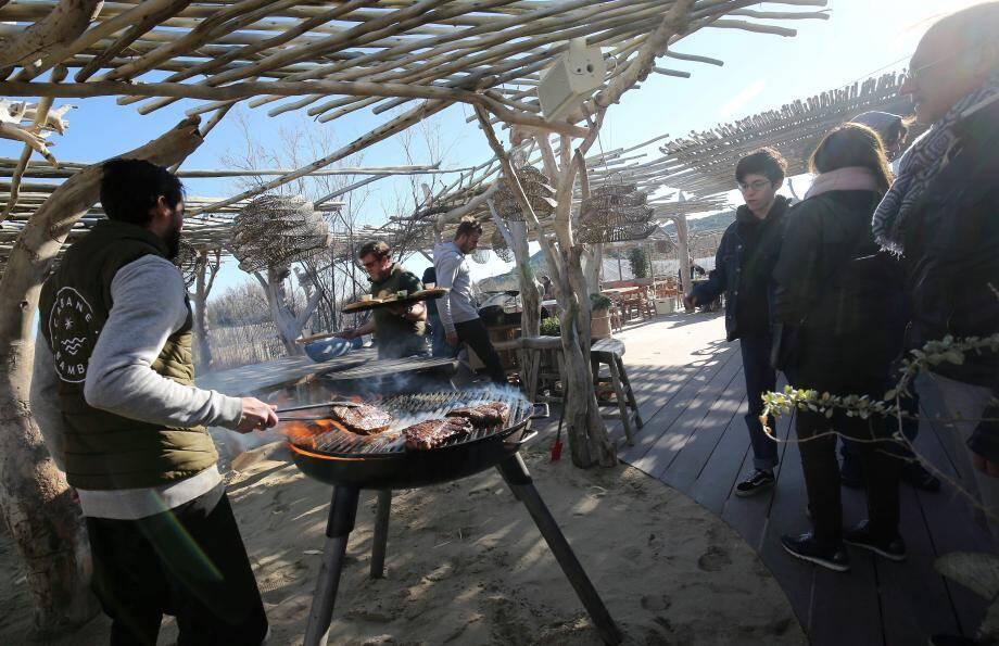 Cabane Bambou : l'atelier viande attire les gourmands avant de passer à table.