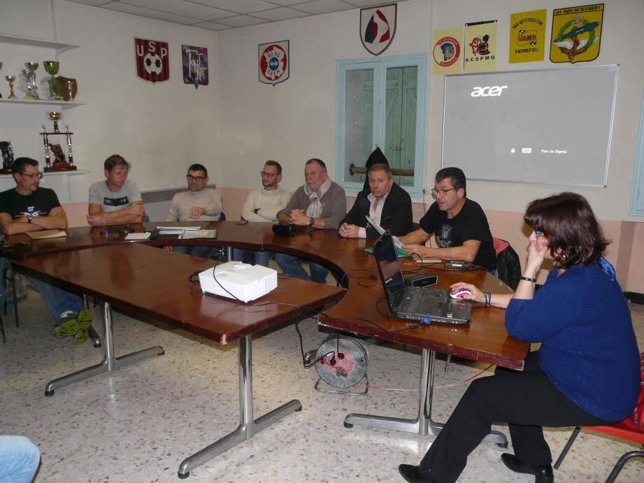 Didier Vignone (à droite) aux côtés des élus et des membres du bureau, face aux licenciés (en photo ci-contre).