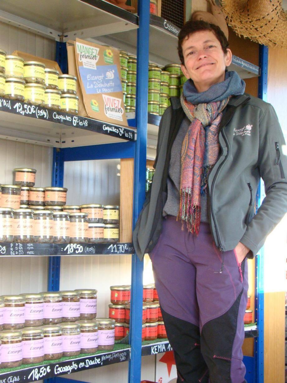 Dans sa boutique ouverte sur l'exploitation des Escargots de la Dominette, Christine Wattelier est prête à vendre sa production pour les fêtes, malgré les deux canicules de l'été.