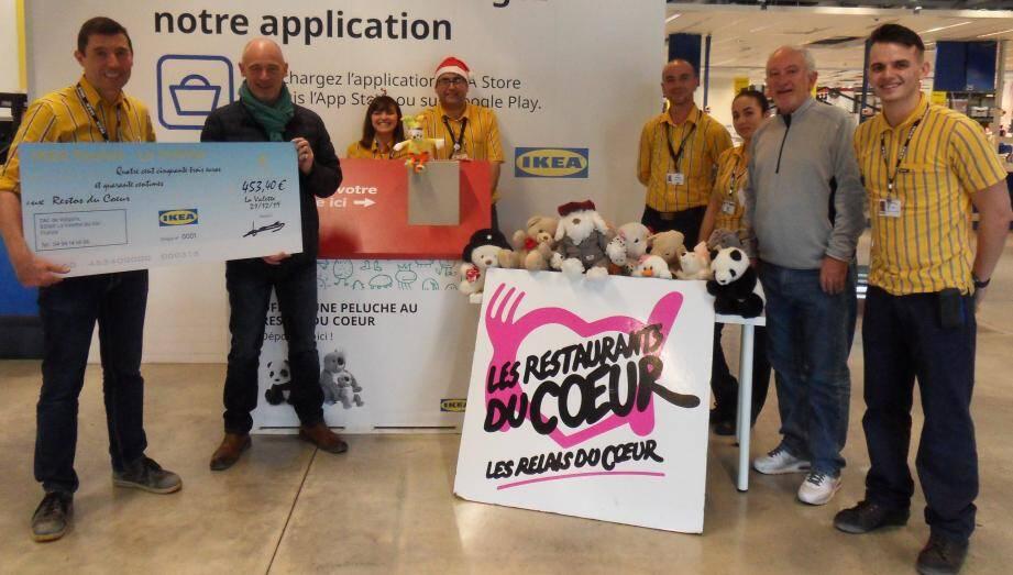 Solidaire des Restos du cœur, l'enseigne Ikea a favorisé la collecte de cinq cents peluches et remis un chèque de 453,40 euros à l'association, soit l'équivalent de quatre cents repas.