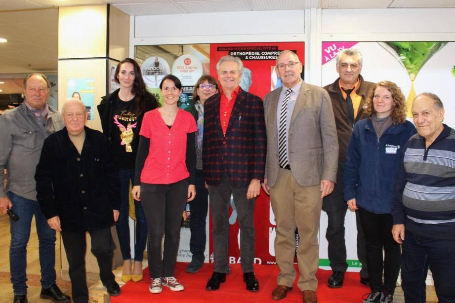 Séverine Marxer (3e à partir de la gauche) et à côté, Caroline Noyer, félicitées par le jury et le maire du Luc, Pascal Verrelle.