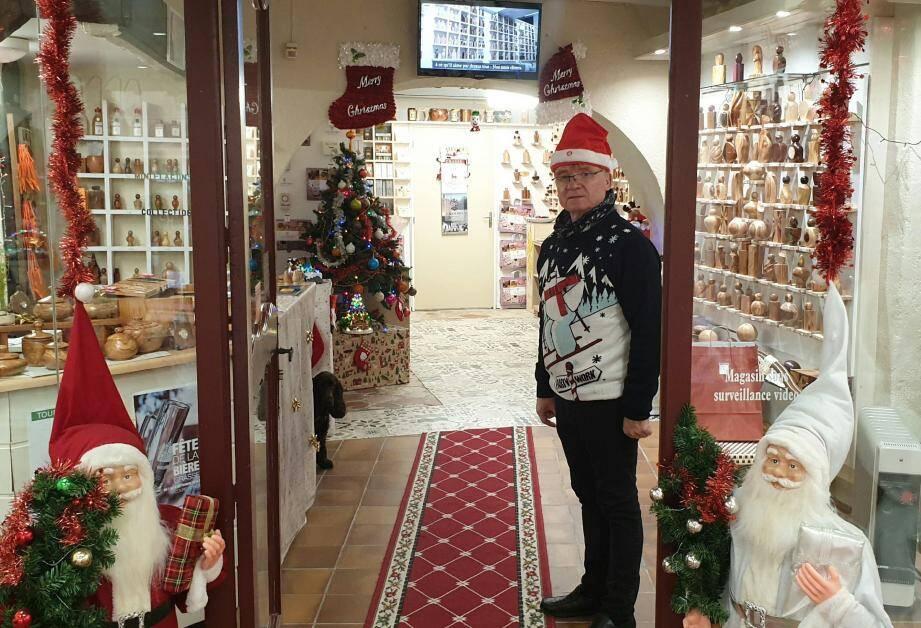 Chez le flaconnier d'art Jean-Pierre Boselli (16, rue de l'Oratoire), on sait recevoir ! Pères Noël à l'entrée, guirlandes, sapin et chaussettes suspendues : il ne manque rien. « On décore à chaque occasion, sourit Daniel Écosse. Noël, Carnaval, Pâques, Exporose... On est commerçants, il faut ce qu'il faut. » Ce n'est pas Léon le cocker, toujours prêt à accueillir les clients, qui dira le contraire...