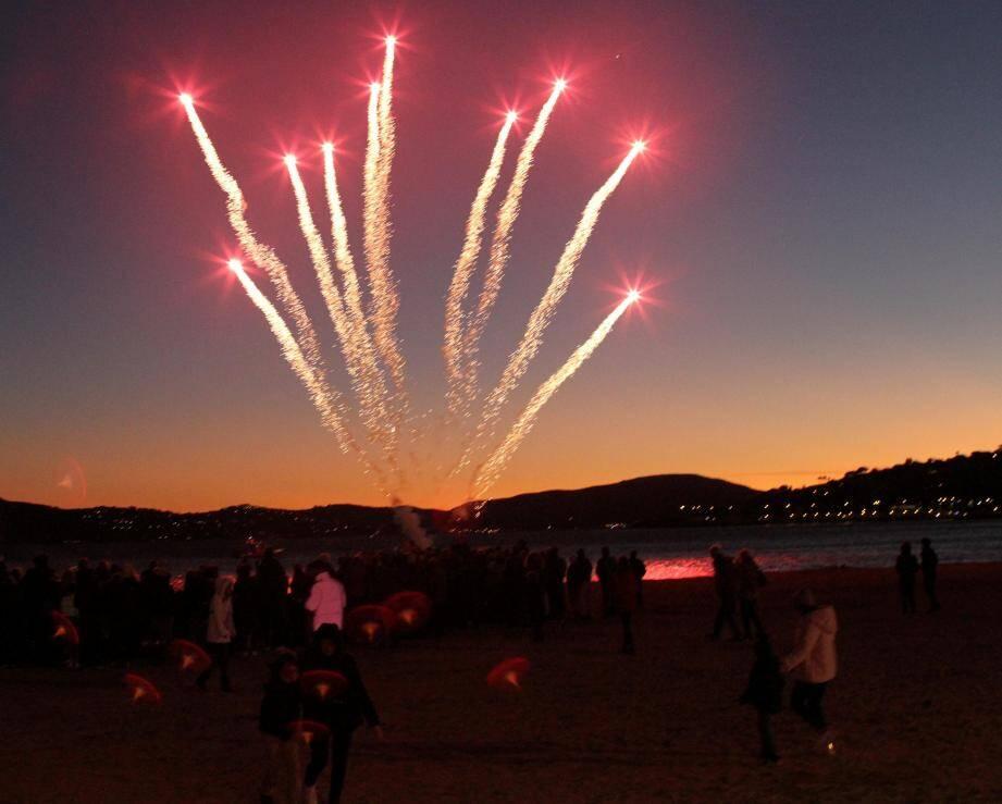 Le spectacle pyrotechnique et musical a comblé les enfants sur la plage.