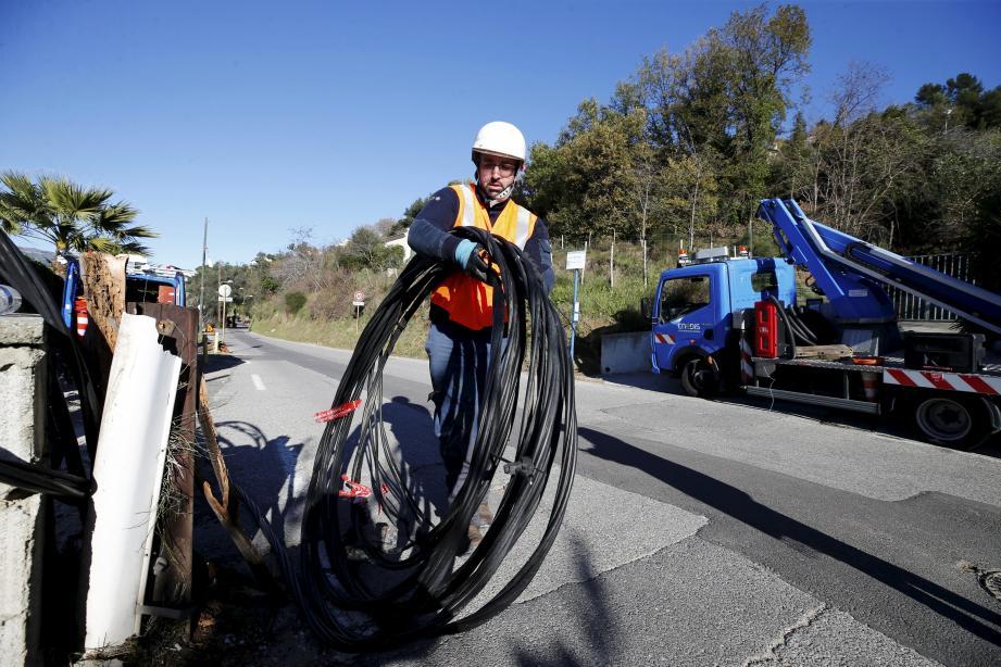 Intervention des techniciens d'Enedis, lundi sur le chemin des Serres, pour continuer à poser une ligne provisoire.