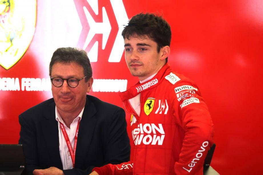 Charles Leclerc (ici avec Louis Camilleri, le P.-D.G. de Ferrari) verra la vie en rouge encore cinq ans, au moins...