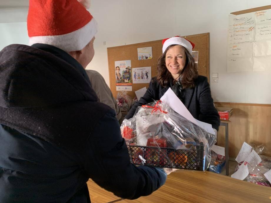 Des paniers garnis sont distribués sur place ou directement livrés chez les personnes ne pouvant pas se déplacer.