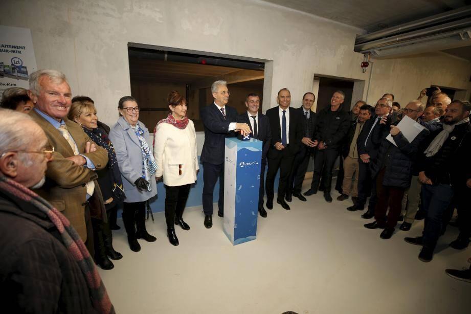 Les premières injections d'airs sont arrivées dans les bassins de la nouvelle station d'épuration à Cagnes-sur-Mer. Le maire a appuyé sur le bouton entouré de nombreux élus locaux.