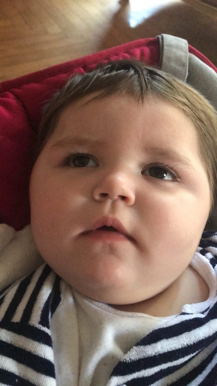 Margot, 13 mois, souffre d'une forme sévère d'épilepsie et répond mal aux traitements. Des proches ont lancé une cagnotte pour aider la famille.