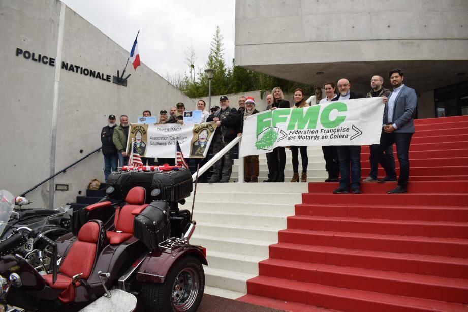 Devant les trikes, l'ensemble des acteurs de la Fête du deux-roues se sont réunis pour remettre la somme de 2 320 euros à l'APNG.