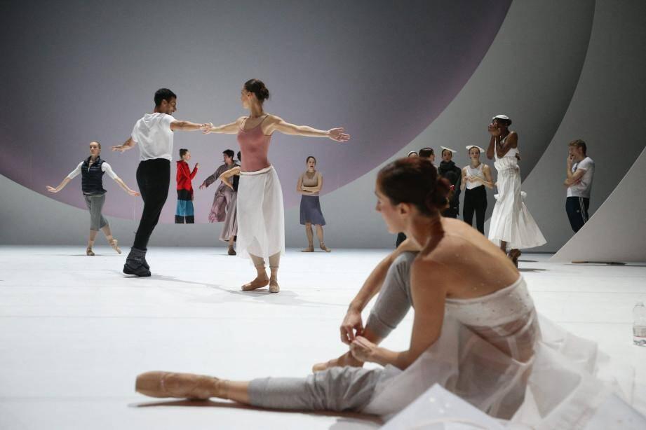 Dans le décor de Coppél.i.A, les danseurs prennent possession des lieux depuis le 16 décembre. (PhotosSébastien Botella)