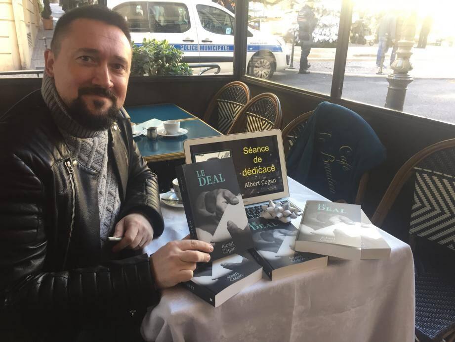 Albert Cogan en séance de dédicace au café « Le Beaulieu  ».
