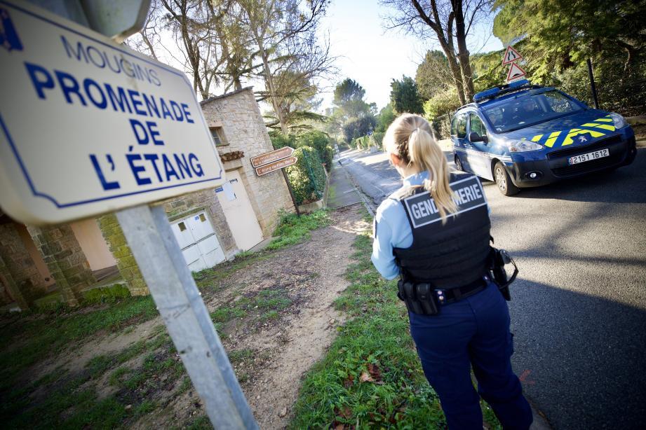 Un premier barrage a été installé par les gendarmes à l'intersection de l'avenue de Grasse et de la Promenade de l'Etang.