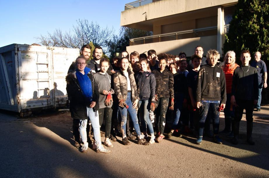 Les élèves de la classe de 3e « Défense » du collège Albert-Camus ont épaulé les marins de la « Lyre », un solide coup de main pour les habitants du quartier.