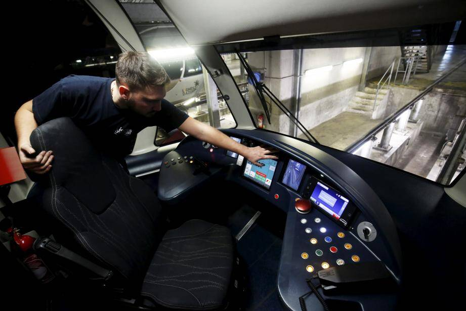 Sur les rails du centre de maintenance, grâce à une fosse qui permet de travailler sous la rame et à des passerelles qui donnent accès au-dessus, les techniciens font surtout de la prévention, au quotidien.