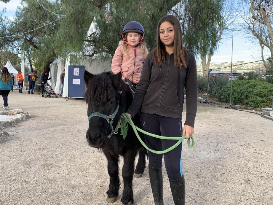 Les enfants peuvent faire le tour du parc à dos de poney. Tarif : 4 euros.