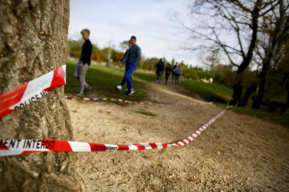 Peu de traces sur les lieux de la découverte. Exceptées ces rubalises laissées au sol par les enquêteurs qui ont investigué mercredi.