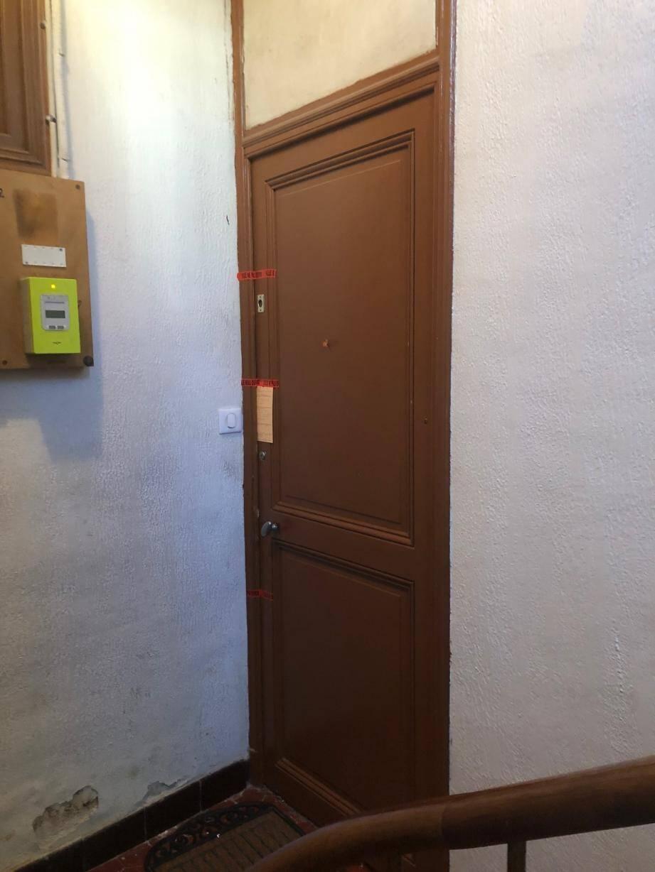 (Ci-dessus) Jeudi, les gendarmes ont perquisitionné l'appartement qu'occupait Olivia avec son fils. (A droite), l'étang de Fontmerle à Mougins près duquel le corps d'Olivia a été retrouvé mercredi matin.