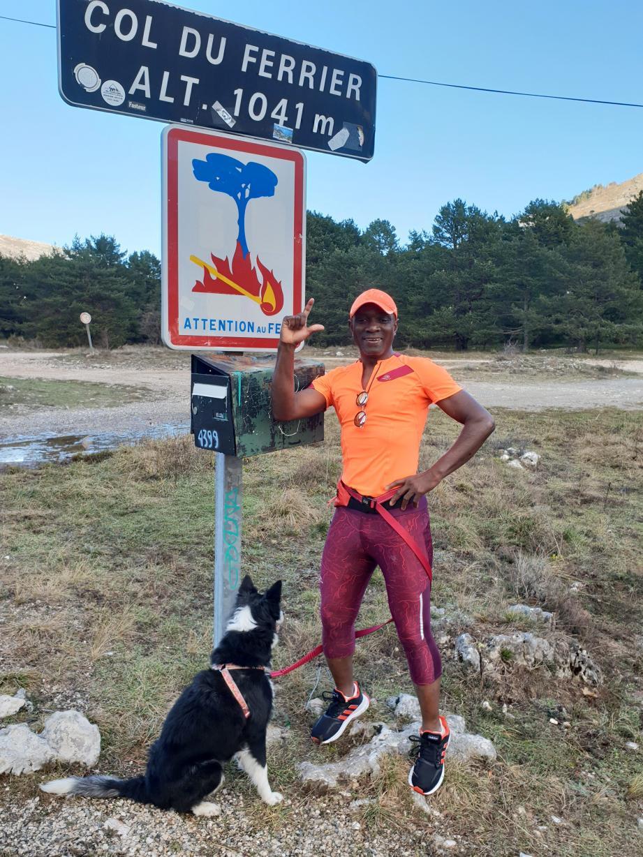 Mahamadou Siribié avec Gladys, sa border collie de 8 ans avec laquelle il court, ici lors de la course entre St-Vallier et Andon. Avant Gladys, il était accompagné de Pipot, un autre border collie.